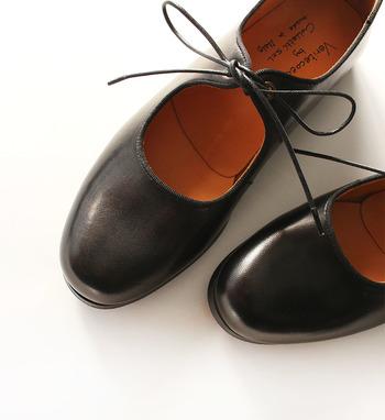 英国の伝統的な木型で作られたフォルムが印象的に映る細めの紐は、スッキリと洗練された足元コーデが作れます。
