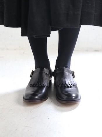 日本の熟練した職人達と共に靴を制作しているforme。フリンジ付きのTストラップシューズです。 ブラックラムレザーを使用しているため、柔らかく足に馴染みやすいのが特徴です。