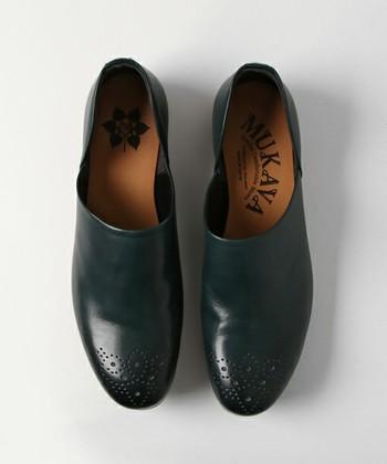 """""""30年経っても履ける靴""""をコンセプトにしたchausser(ショセ)が新たに立ち上げたコンフォートシューズブランドMUKAVAでは、フィンランドデザインと機能性を兼ね揃えたコンフォートシューズ作りをコンセプトとしています。シンプルでありながら、つま先のメダリオンが、さりげなく高級感を漂わせてくれます。"""