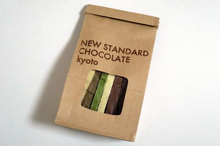 人気ナンバー1は「京テリーヌ」シリーズ。6種類のチョコレートに、ナッツや黒豆が入り、スライスされた姿は正にテリーヌのよう。抹茶やほうじ茶などの京都らしいお味も魅力ですね。初めての方は、6種類全部が味わえるアソートパックがおすすめ。素材はもちろん、障がい者の方々とともに作られたこだわりのお店にぜひ足を運んでみてくださいね。