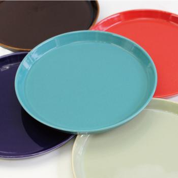 定期的にホームパーティーを楽しみたい方は、取り皿として使えるプレートもそろえておきましょう。シンプルな白のお皿も素敵ですが、ここで提案したいのはカラフルなお皿。パーティー当日は、ゲストに好きな色を選んでもらうと楽しみが広がります。もちろん、普段の食卓もにぎやかに彩ってくれますよ。
