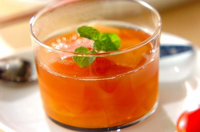 鮮やかなオレンジ色が目にも美味しいりんごのコンポート入り紅茶ゼリー。紅茶に入れる砂糖の量はお好みで調節して。
