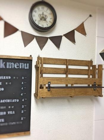 はじめにご紹介するのは3枚のすのこを組み合わせて簡単に作れる、とってもお洒落な「シェルフ」です。お部屋の収納棚としてはもちろん、グリーンやドライフラワーを飾っても◎。アクセントのアイアンウォールラックにはタオルを掛けられるので、キッチンの収納にも活躍しますよ♪ 〈材料〉 ・すのこ 3枚(ワッツ) ・インテリアアイアンウォールラック(セリア) ・塗装用のブライワックス(ラスティックパイン) ・三角吊り金具 ・木工用ボンド ・釘 ・ネジ