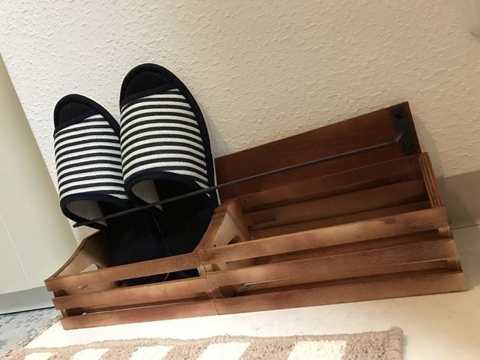 玄関の必需品「スリッパラック」も、なんとセリアの材料だけで簡単に作れるんです♪おしゃれなスリッパラックがあれば、必要な時にサッと取り出せて便利ですよね。こちらも材料をくっつけるだけなので、DIY初心者さんにぜひおすすめです。 〈材料〉 ・セリア木板 (45×15㎝) ・アイアンバー ・木箱 2個 ・ラッカースプレー ・木工用ボンド ・釘 ・ネジ