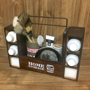 こちらはDIYの塗装用具が収納できる、男前でかっこいい「ペインティングボックス」です。オール100均とは思えないクオリティの高さですが、作り方はとっても簡単。カットするのは1度のみで、あとは材料をくっつけるだけです♪ 〈材料〉  ・木製ボックス  ・アイアン付き木製ラック ・木製ペンスタンド 2個 ・ブリキドラム缶(木製ボックスに入る大きさで刷毛を立てられるものなら、他のアイテムでもOK) ・強力瞬間接着剤 ・塗料