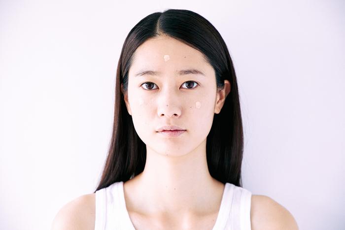 額と両頬にクリームをおき、右(左)頬から外側に向かってクリームを伸ばし広げます。反対側の頬も同じように伸ばします。