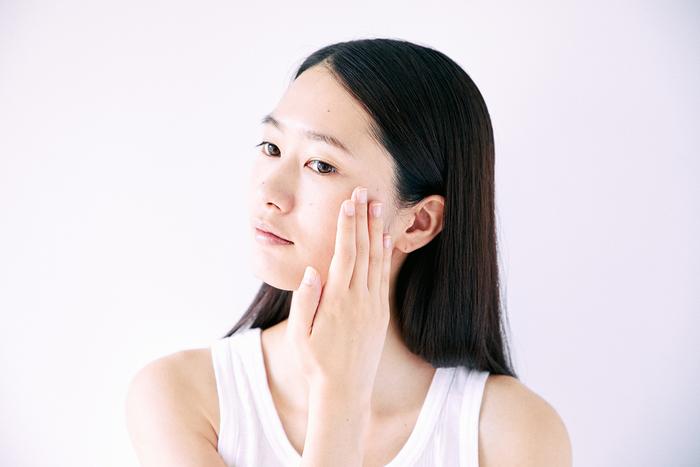 次に、眉間から髪の生え際に向かって額全体にクリームを塗り広げたら、鼻筋、小鼻に少量をなじませ、そのまま最後に口の周り、あごまで塗り広げます。  ※最後にパフでおさえてたたき込むと、しっかりフィットし、化粧持ちが良くなります。