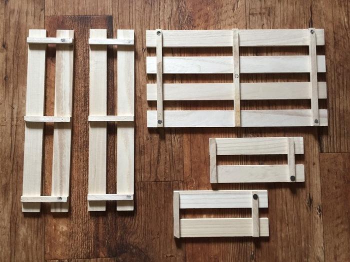 すのこ3枚のうち1枚はそのまま使用し、2枚は画像のようにカットします。次にすのこをブライワックスで塗装し、それぞれのパーツを木工用ボンドで接着します。