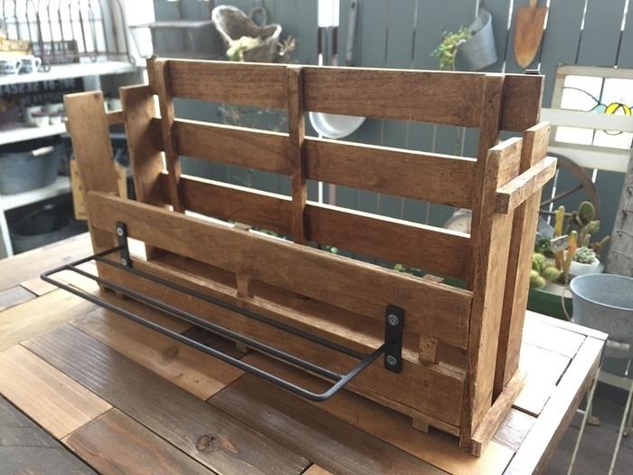 ボンドが乾いたら釘で固定し、前面にインテリアアイアンウォールラックをネジで取り付けます。背面に壁掛け用の三角吊り金具をつけたら完成です!