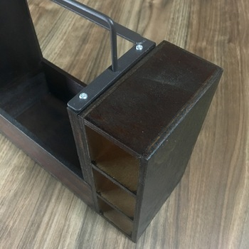 アイアン付き木製ラックの木板を画像のように接着剤で付け、木板の上部にアイアンを取り付けます。裏側もアイアンをネジで固定したら完成です。お好みでステンシルや転写シートでアレンジしてもおしゃれですよ♪