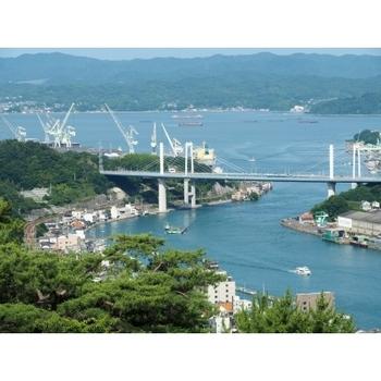 そんな瀬戸内海にある通称「しまなみ海道」は本州の広島県尾道と、四国の愛媛県今治を全長約60kmで結ぶ架橋ルートのこと。その区間には大きな島が6つあり、最大の特徴が徒歩や自転車でも渡ることができることです。