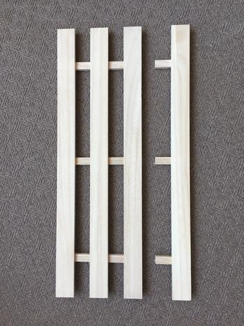 はじめに2枚のすのこを画像のようにカットします(切り離した板は天板に使用するので、とっておきます)。次にカットしたすのこの切り口と、木箱の表面にヤスリをかけて、ブライワックスで塗装します。