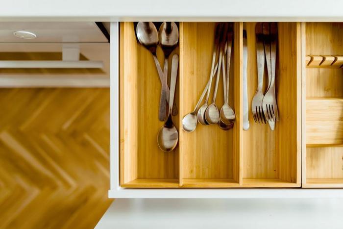 次に、自分の家で物がどれくらい必要なのか、適正な数を把握します。例えば食器も多く持つ必要はありません。シンプルな白い皿を使って、和食や洋食にも使えるようにしたり、大皿でワンプレートにするなど工夫できますね。
