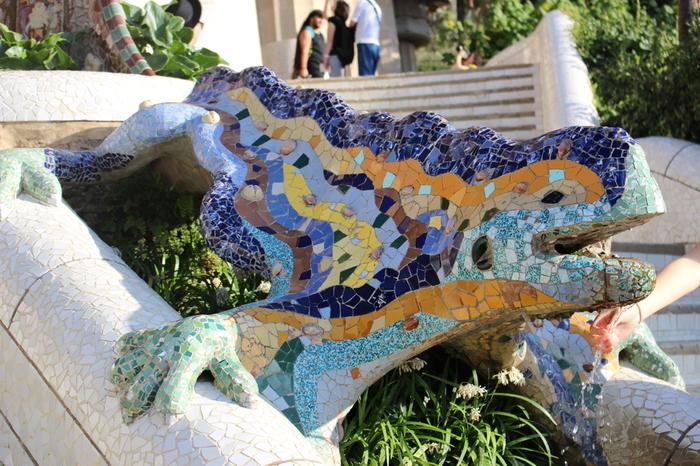 このとかげ、実はドラゴンでは?などと様々な見解があるようですが真相はナゾのまま。公園の泉の守り主とも呼ばれているようです。手の先まで細かいタイルで製作されています。バルセロナのシンボルとしてこのとかげのお土産グッズも良く見かけます。