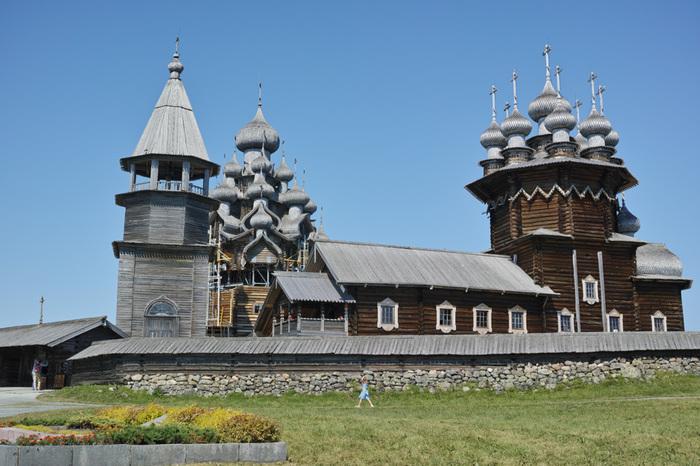 ロシア正教会の木造建築の教会はロシアでも屈指の観光スポット。移動は高速船で約1時間かかるのですが、冬は湖が凍結してしまうため高速船は運休してしまいます。なので観光のおすすめ時期は夏~秋!世界遺産のひとつ。