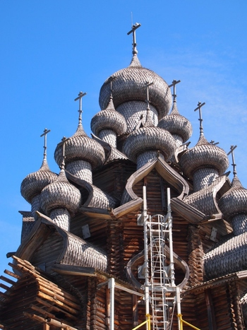 玉ねぎ形の連なった22個の屋根が特徴的なプレオブラジェンスカヤ教会。木造なので色が自然に変化し、つやつやと金属のように見えるところも。まったく釘を使っていないなんて信じられません。