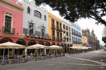 世界遺産にも登録されているプエブラ歴史地区はスペイン植民地時代につくりあげられた街。コロニアル風とキリスト文化がミックスされていて建物の色もパステルでかわいらしい雰囲気です。