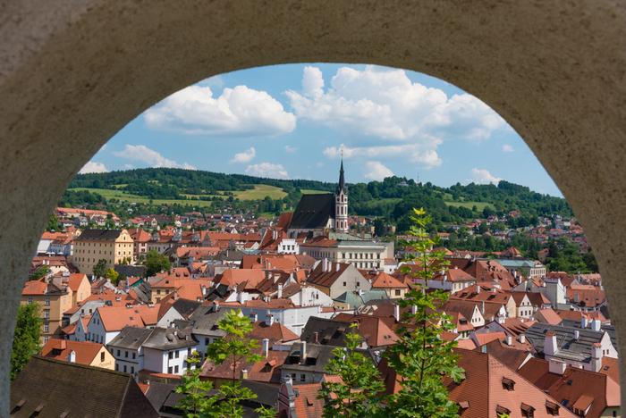 チェスキー クルムロフは首都、プラハから車で3時間ほどのところにある小さな街ですが、世界遺産にも登録されていることから、有名な観光都市となっています。
