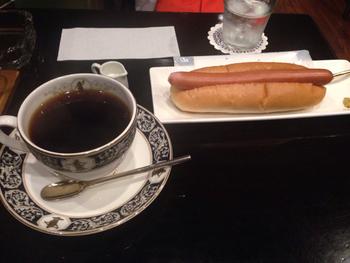 レストランのランチを食べ逃した…という日は、華月でおなかを満たすのもおススメです。コッペパンにウインナーをサンドしたシンプルなホットドッグは、どこか懐かしい味わい。コーヒーとの相性も抜群です。