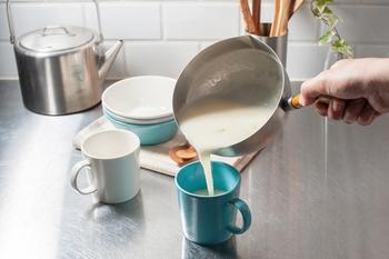 なべ底からのラインが滑らかで使いやすく、洗いやすい。少し角度のついた持ち手が工房アイザワのミルクパンならではの工夫です。さっと使って、さっと洗えるので、手軽に使えるミルクパンです。