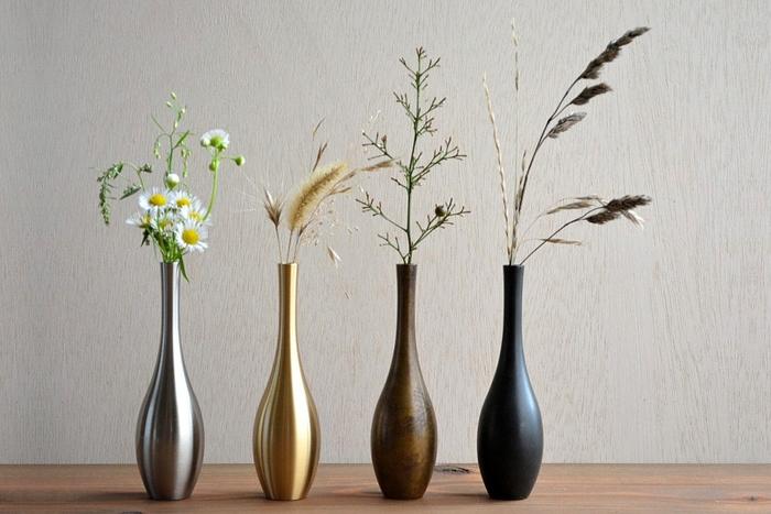 お月見の飾りに欠かせないのがすすき。こちらの真鍮製フラワーベースは、すすきのような草花もさりげなく引き立ててくれる素朴な佇まいが魅力。気軽におうちカフェを楽しみたいなら、派手すぎない普段使いの花器を選ぶのがポイントです。