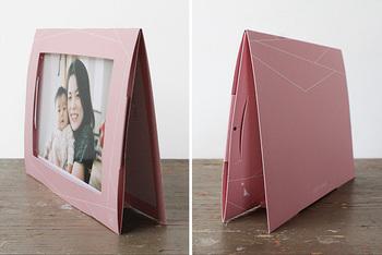 デスクに置いたり、壁に飾るときはフレームをピンで留めればカードに穴をあけず飾ることができますよ。