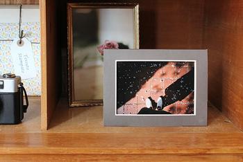 棚やテレビボードの上など写真のように立てかけて、お気に入りのデザインを手軽に楽しみましょう♪