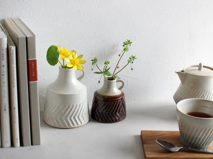 和の食卓にも洋の食卓にもすっと馴染む、ぽってりとした優しい印象の花瓶もおすすめ。お花の種類も意外と選ばないので、椿や菊など和のお花にもぴったりです。すすきを飾る代わりに、秋の七草やコスモスなど季節の花々を活けるのもいいですね。