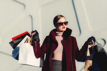 憧れの高級ブランドバッグ。 シェアサービスを利用すれば、購入することなく、さまざまなデザインの高級ブランドバッグを使えます。