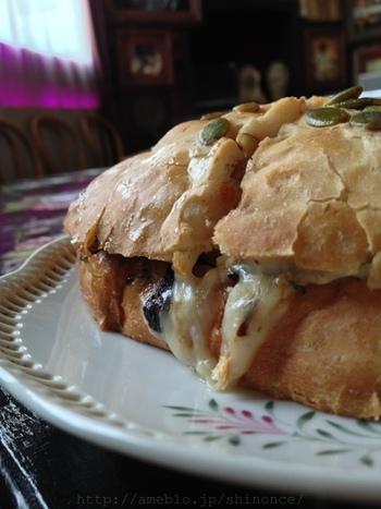 店名にもあるように、カドはパンも人気です。写真の自家製くるみパンにソテーしたなすとモッツァレラチーズが入ったサンドイッチ。