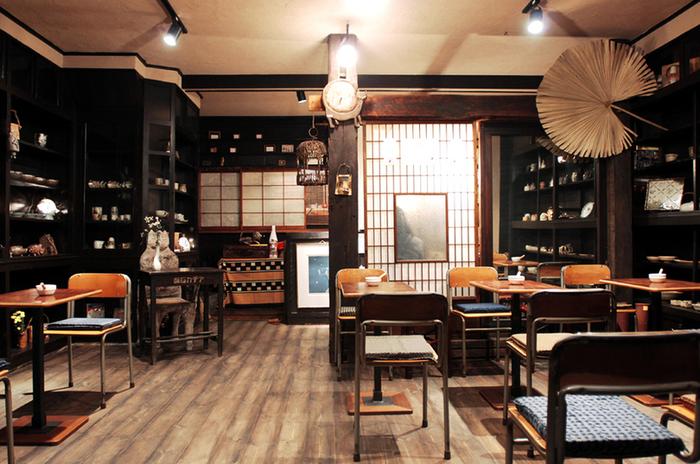 昭和2年築の薬局をリノベーションした店内は、薬品を並べていた棚をそのまま残したり、アンティーク風のカップがディスプレイされていて、なんともおしゃれな雰囲気。