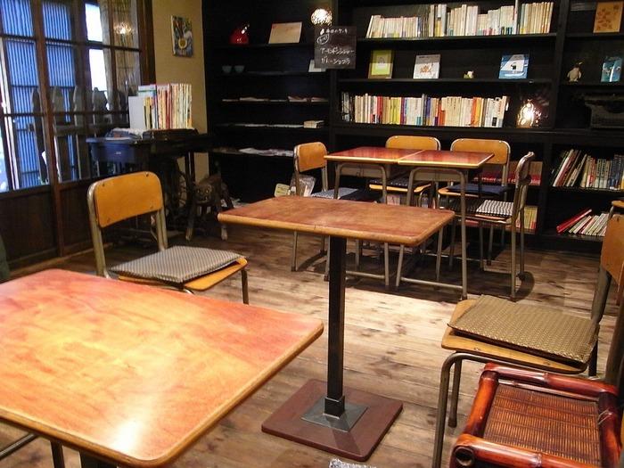 使い込まれたような学習机と椅子もお店の雰囲気に合っていますね。棚の本や雑誌は自由に読むことができるので、ひとり時間を満喫するのにもおすすめ。