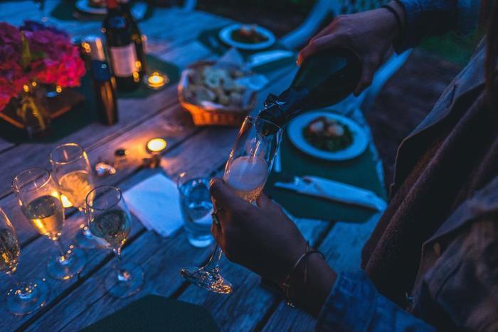 誕生日会や季節の行事などで、誰かの家に集まるのも定番の休日の過ごし方。バーベキューをしつつ、昼からお酒を飲んでゆっくり会話を楽しみます。