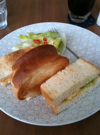 香ばしいトーストと新鮮野菜のサンドイッチ。一口頬張ると、サクッと音がして幸せな気分になれます。