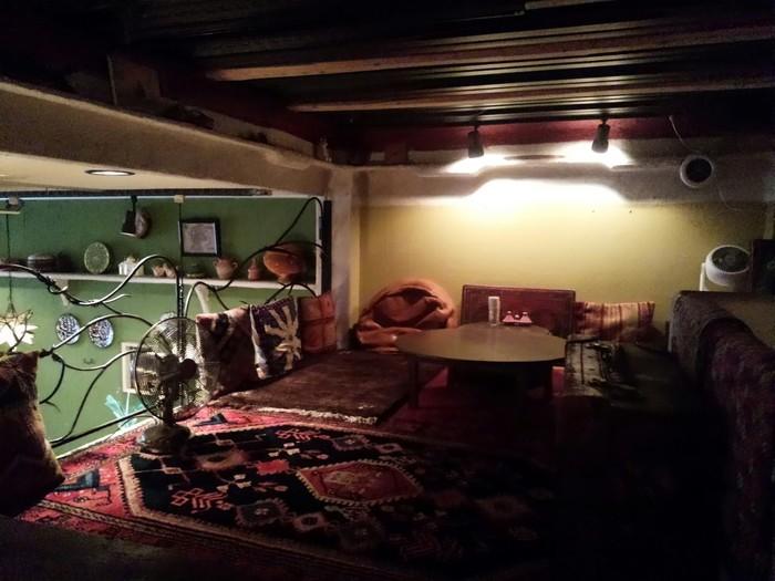 中二階の席は、絨毯敷きでくつろげるスペースです。照明を落とした空間は、エキゾチックな雰囲気たっぷり。ゆったりと時間が流れていくのを感じてみては?