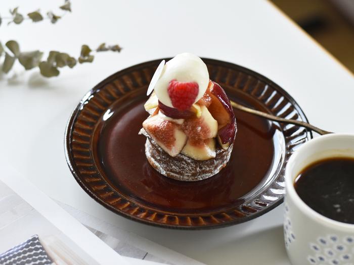 手彫りの縞が、他にはない味わい深い雰囲気を醸し出す京都・清水焼の丸皿。北欧デザインからインスピレーションを受けているので、和食器ながら洋菓子も美味しそうに引き立ててくれます。落ち着いた色合いと、懐かしさを感じるデザインが魅力で、お月見団子も似合いそう♪