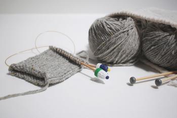 ニット帽のように輪で編む場合、棒針から糸が抜けないようにキャップをつけます。こちらはニット帽の形をしたかわいいキャップです。