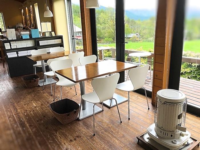 ジャムに合う焼きたてトーストやスコーンが食べられるカフェ。白を基調に木目のテーブル、北欧デザインのシャープなチェアーなど、シンプルでモダンなインテリアと目の前に広がる牧草地は、まるでアート空間のよう。