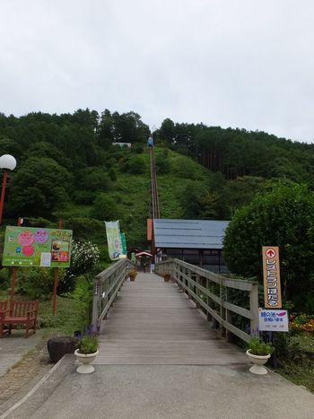 山頂にある公園まではリフトで上ります。下から見ると結構な傾斜があり、ちょっとしたスリルも味わえます。