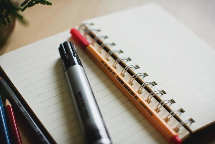 一番のおすすめはノートなどに書き出すこと。今の部屋と理想の部屋を箇条書きしたり、イメージ画を準備するのもおすすめです。この時点では「理想の部屋」に必要なものと、不要なものが簡単にイメージできればOK!