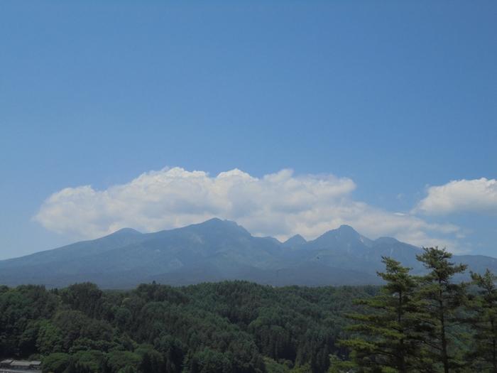 山頂の展望台からは八ヶ岳が一望できます。澄んだ空気を胸いっぱいに吸い込んで、高原を満喫しましょう。他にも、野菜の収穫体験ができるスペースもありますよ。