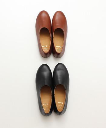 まるで木靴のように、ころんとまあるいシルエットがかわいいフラットシューズ。深めのデザインは、秋らしいしっとりとした着こなしにぴったり。