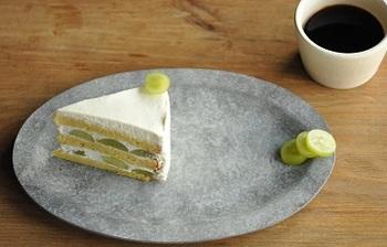 とても素敵な盛りつけ方ですね。ケーキをあえて真ん中にはおかずに、トップに飾られたシャインマスカットのスライスをお皿の端にリフレインしています。