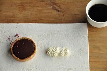表面が味わい深いシンプルなプレートは、お菓子だけではなくいろいろなものが似合いそうです。テーブルの中に一枚の絵画が配されたようで、美しいですね。