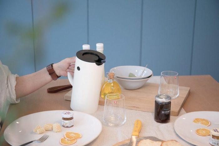 お湯を長時間保温できるジャグも、おうちカフェにあると便利。何度もキッチンに足を運ばなくてすむし、お客さまと一緒にお茶を楽しむときも大助かり。存在感のあるジャグは、テーブルコーディネートの邪魔をしないような、シンプルで飽きのこないデザインを選ぶのがおすすめです。