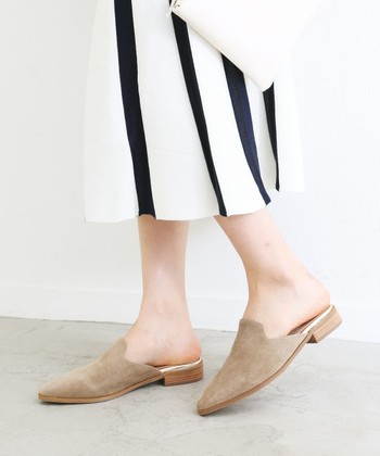 シンプルなラインのフラットミュールは、カジュアルにもナチュラルにも履ける優れもの。秋冬には靴下やタイツと合わせて、あたたかなスタイルも◎!