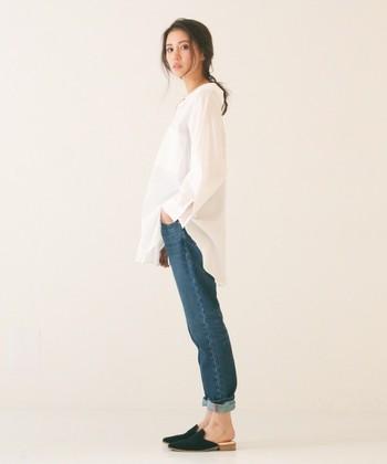 柔らかな白シャツにデニムを合わせ、足元はフラットミュール。抜け感とトレンド感、両方を兼ね備えた、大人カジュアルな着こなしです。