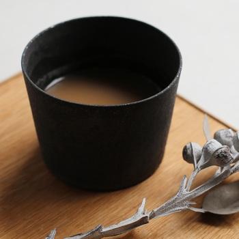 コーヒーも日本茶も似合うカップは、一人で気楽におうちカフェを楽しみたいときに便利。落ち着いた色合い、ナチュラルな質感、無駄の無いシンプルなフォルムを意識して選んでみましょう。いくつかそろえておけば、「お客さま用のカップが足りない!」という場面でも頼りになります。