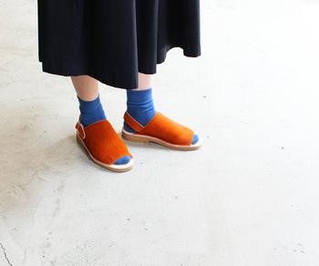 カジュアルな見た目でも高級感を感じさせてくれるのが、カウヘアー素材。柔らかな履き心地なので、靴下やタイツを合わせやすいのも嬉しいですね。