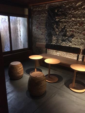シンプルなテーブル席。  蹲(つくばい)を配した「前庭・中庭・奥庭」3つの庭も楽しむことができます。